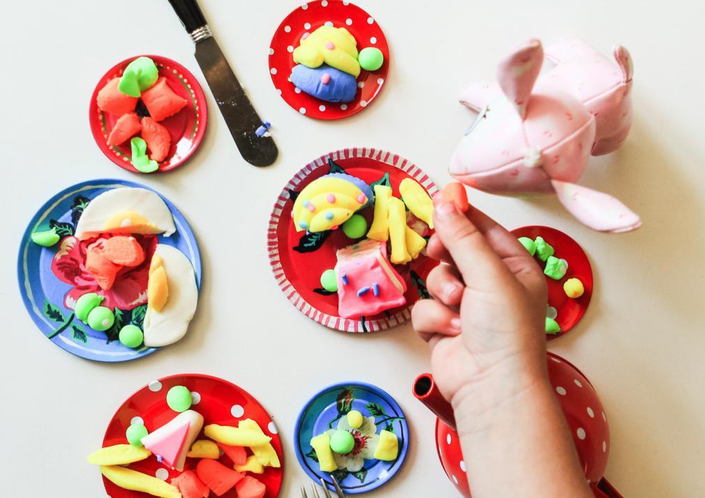 Distracție cu plastilina: mâncăm cu furculița și cuțitul
