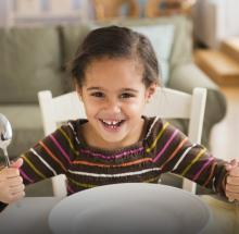 Când începem să folosim lingura și furculița?